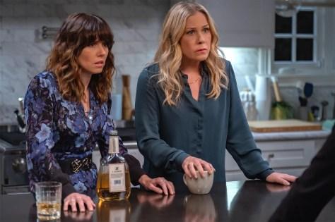 Linda Cardellini & Christina Applegate in Dead to Me Netflix recensie