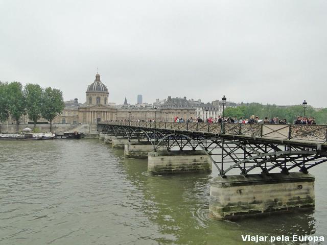 A famosa ponte dos cadeados que fica atrás do Louvre :)