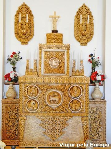 Altar da capela ao fundo da igreja
