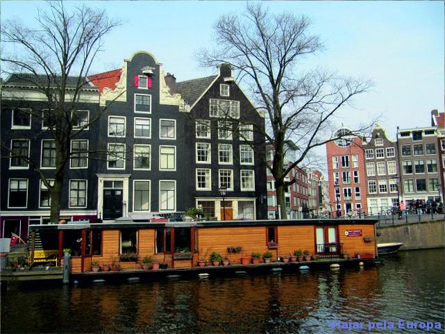 Muito charme passear de barco pelos canais de Amsterdam!