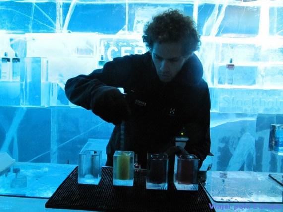Barman preparando os drinks do Icebar.