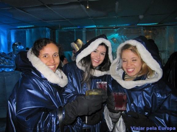 Juliana, Laís e eu no Icebar.