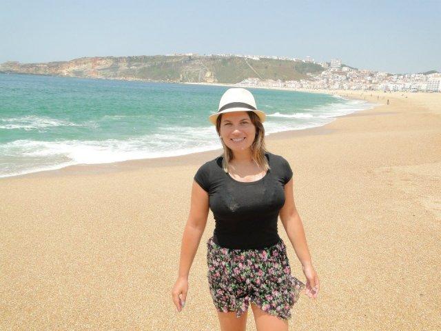 Praia de Nazaré, ao fundo o Mirante, Elevador e Sítio