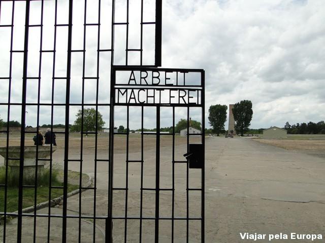 """Entrada do Campo de concentração - """"O trabalho te faz livre"""""""
