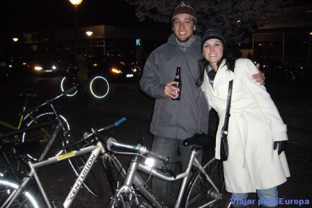 Nathalia Arduini e Henrique Araujo indo para balada de bike.