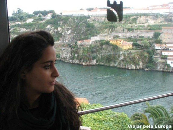 Nossa amiga Soraya no funicular do Porto.