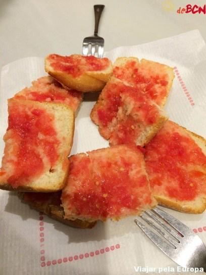 Pan con tomaquet, prato típico de Barcelona.