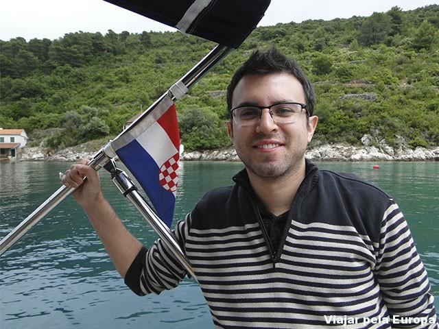 Meu noivo Jonatan era o mais animado com o passeio de barco, só que nessa foto não parece heheh