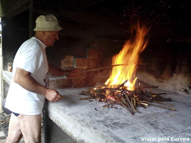Sr. da sunga preparando a fogueira