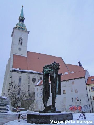 Lateral da catedral e monumento