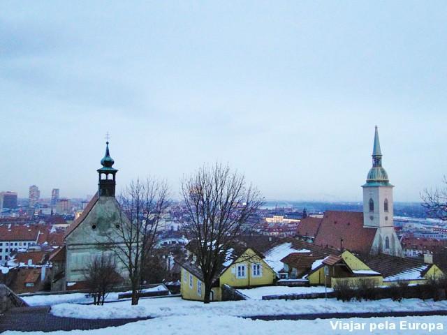 Catedral vista do alto da colina do castelo de Bratislava