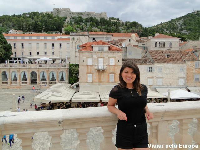 Ver o Place Hotel, a muralha e os amáveis restaurantes da praça principal