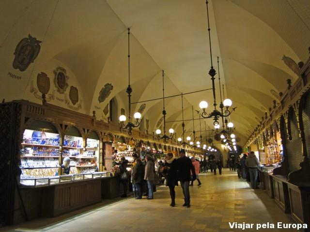 O interior do mercado também tem o seu charme na arquiterura, mesmo que de forma simples