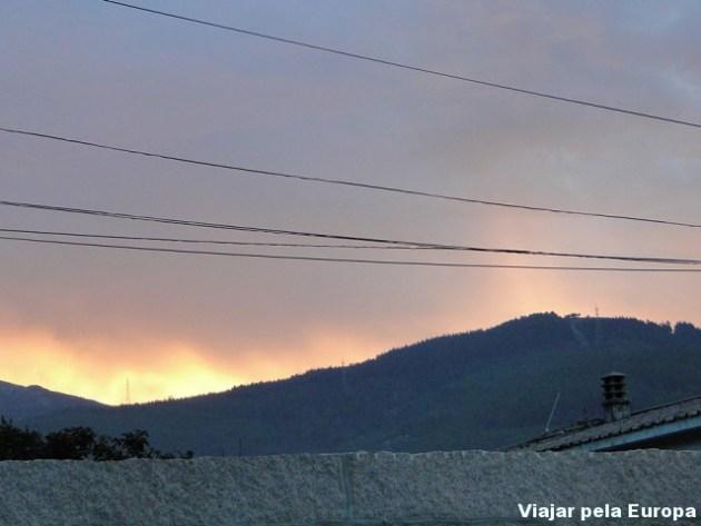 Ver o nascer do sol entre as montanhas. Bom dia!