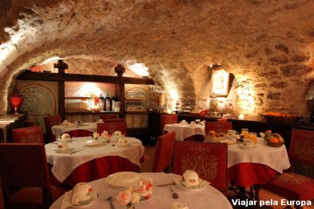 Sala charmosa para o café da manhã em Paris.