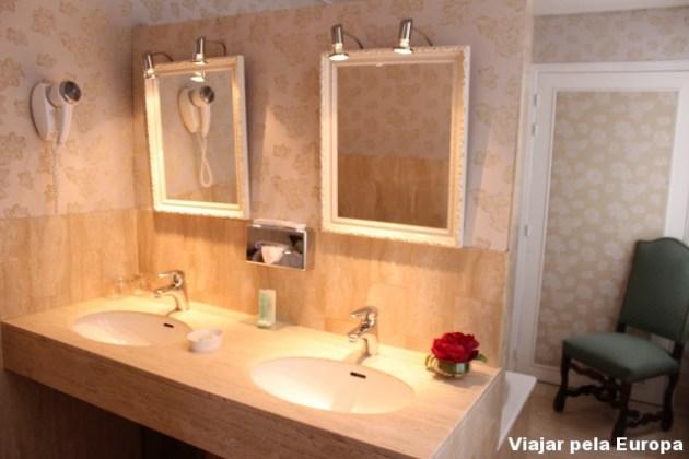 Banheiro espaçoso para a make up time!