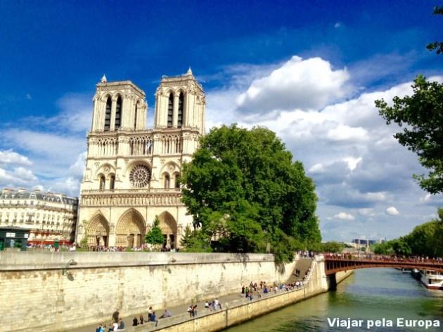 Notre Dame a poucos minutos a pé do Hotel de la Bretonnerie.