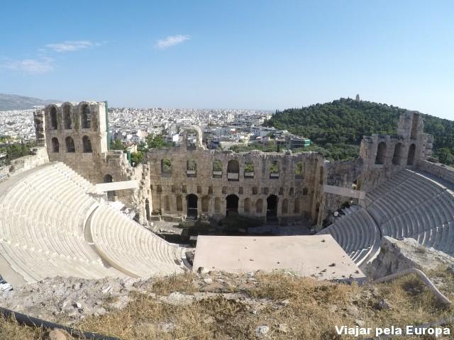 O imponente Teatro de Dionísio visto da Acrópole de Atenas.