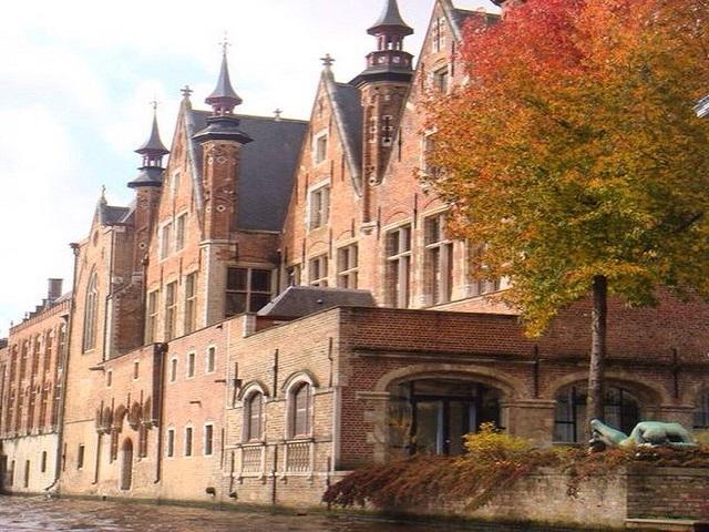 Foto tirada em um passeio de barco por Bruges