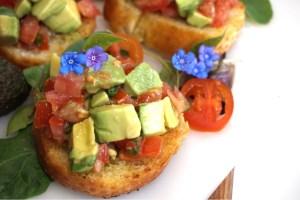 Olivoljestekta crostini med tomat och avokado