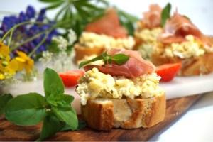Frukosttapas med äggröra och parmaskinka