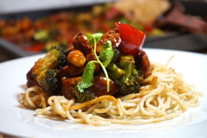 One pan chicken wok med stekta nudlarna