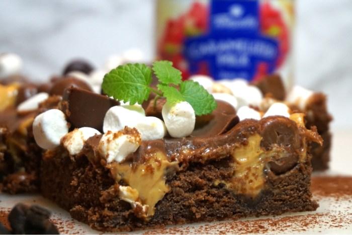 Kolacheese fylld chokladkaka med magiskt chokladtäcke