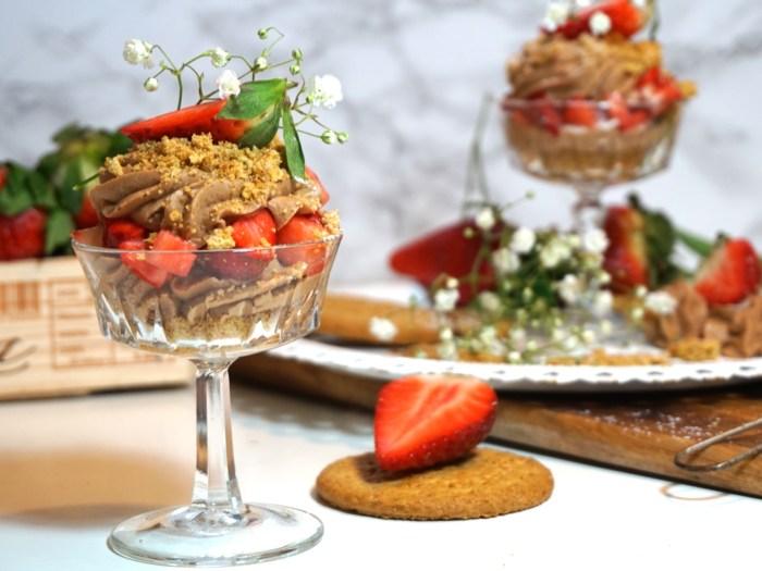 Mjölkchokladcheesecake i glas med jordgubbar
