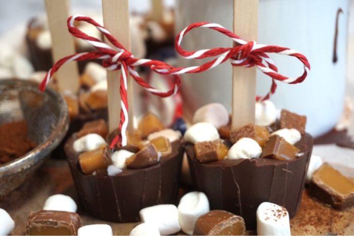 Varm choklad på pinne med kaffe och karamell