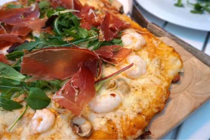 Grillad pizza med vitlöksmarinerade räkor och serrano