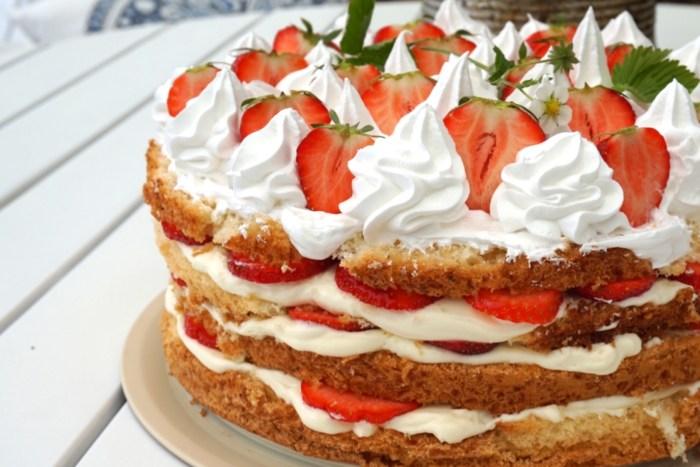 Sommartårta med jordgubbar och italiensk maräng
