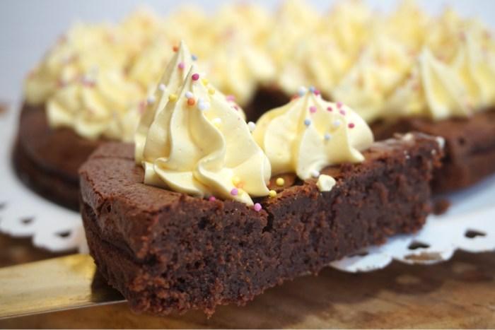 Krämig chokladkaka med italiensk saffransmaräng (glutenfri)