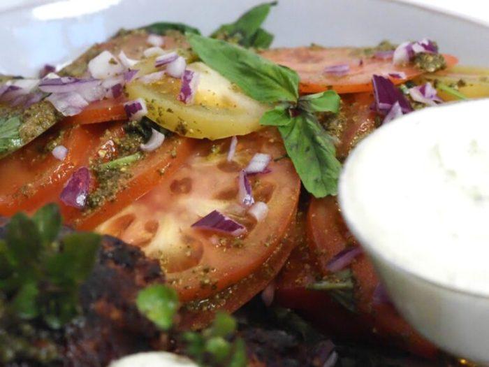 Köttfärsbiffar med ost, pestosås och tomatsallad