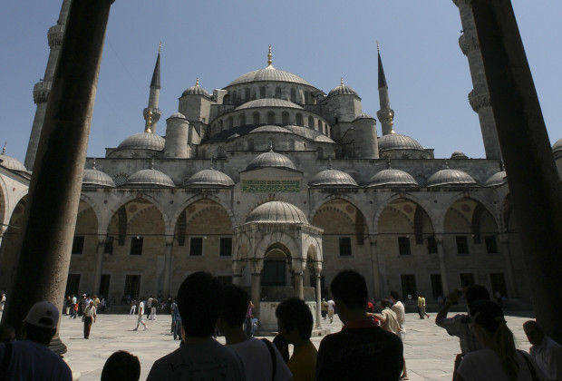 Tourists stand in front of the Blue Mosque in Istanbul July 17, 2007.  REUTERS/Osman Orsal   (TURKEY) - RTR1RY6K