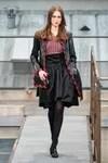 Modelo con falda negra y blusa de colores rojos y negros de la colección de Chanel SS 20