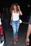 Rihanna uses some jeans mezcilla