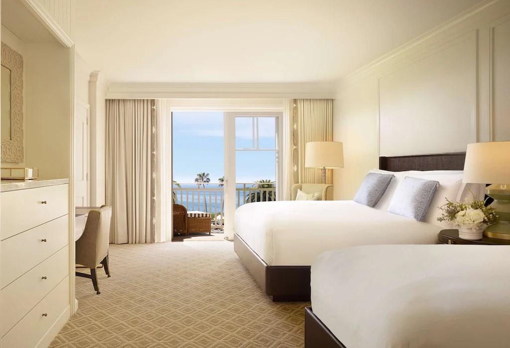 Toutes ses chambres sont dotées d'une profonde baignoire en marbre. Montage Laguna Beach Blue Lagoon