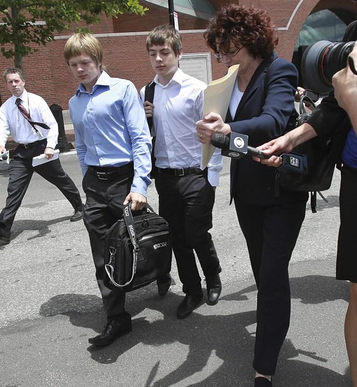 Прессинг журналистов. Тим и Алекс, оставшиеся на время без родителей, после судебного заседания. Фото: Boston Globe