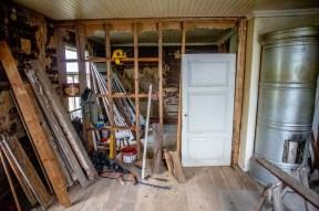 Denna dörr fann vi i ett av uthusen vid Gamlastugan. Vi ska ha den här så att alla rummen ligger i fil.