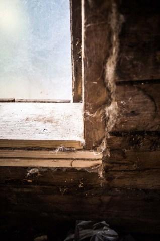 Noggrann drevning runt fönstret.