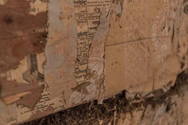 De två understa lagren består av handtryckta tapeter. Mycket vackra.
