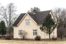 Gamalt hus med fina fönster.