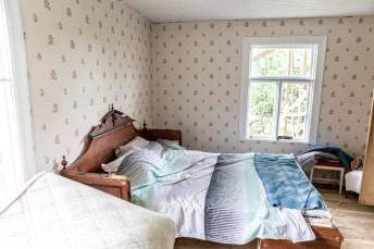 Sängen flyttad till andra sidan rummet.
