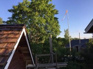 Jeppoflaggan vajjar över arbetsplatsen.