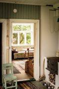 Vardagsrummet genom köksdörren.
