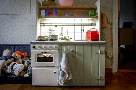 Köket inrett med saker.