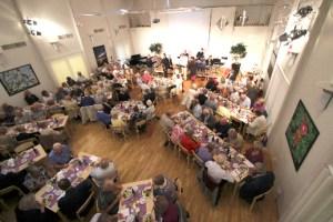 Ett dignande bord med nöjda gäster.