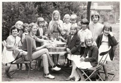 Fröken och barn på Trelleborgs skollovskoloni.