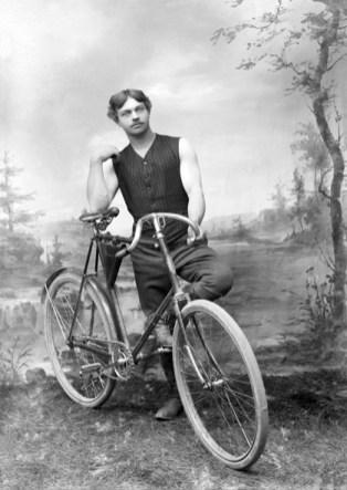 Cykeln var en statussymbol vid sekelskiftet 1900. En cykel kunde kosta så mycket som en årslön för en tjänsteman.
