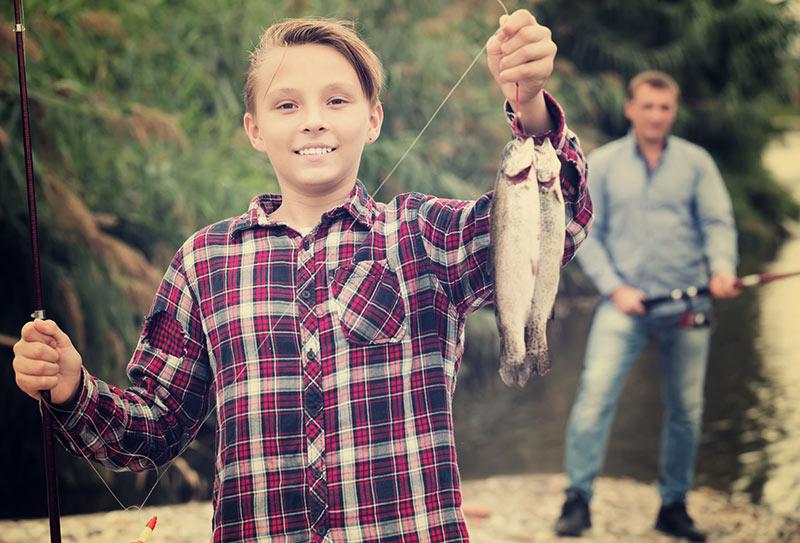 en hobby bild på pojke som fiskar